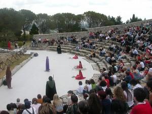 """Il """"teatro del cielo""""di Palazzolo Acreide durante una rappresentazione"""