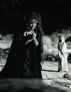 Valeria Moriconi interpreta Medea. Teatro greco di Siracusa, 1996.