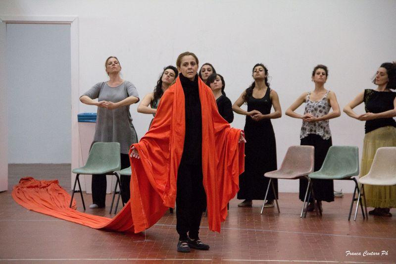 FEDRA, backstage- Imma Villa, coro donne_foto Franca Centaro