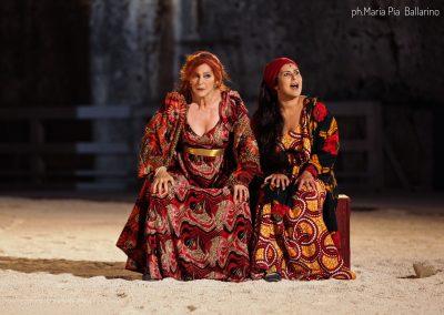 Elisabetta Pozzi (Lisistrata) e Federica Carruba Toscano (Calonice) - ph. Maria Pia Ballarino