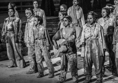 Fiammetta Poidomani (Chitarrista), Clara Galante (Corifea) e Coro di prigioniere troiane - ph. Franca Centaro