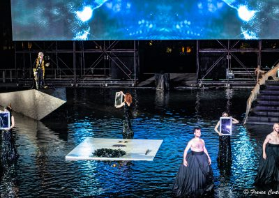 Giancarlo Judica Cordiglia (Teoclimeno), Viola Marietti (Teucro), Linda Gennari (Messaggero di Teoclimeno), Maria Chiara Centorami (Primo Messaggero) e Coro - ph. Franca Centaro