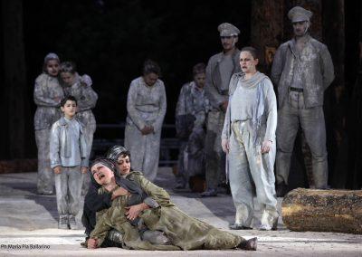 Maddalena Crippa (Ecuba), Elena Arvigo (Andromaca) ed Elena Polic Greco (Capo Coro) - ph. Maria Pia Ballarino