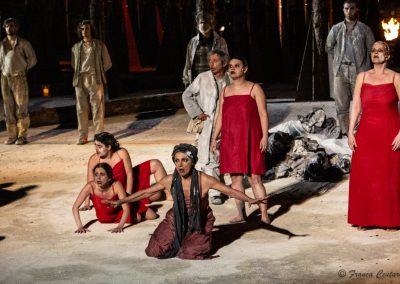 Maddalena Crippa (Ecuba), Paolo Rossi (Taltibio) ed Elena Polic Greco (Capo Coro) - ph. Franca Centaro