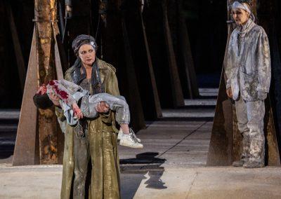 Maddalena Crippa (Ecuba), Riccardo Scalia (Astianatte) e Clara Galante (Corifea) - ph. Franca Centaro