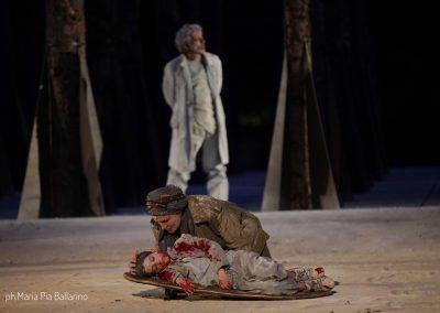 Maddalena Crippa (Ecuba), Riccardo Scalia (Astianatte) e Graziano Piazza (Menelao) - ph. Maria Pia Ballarino