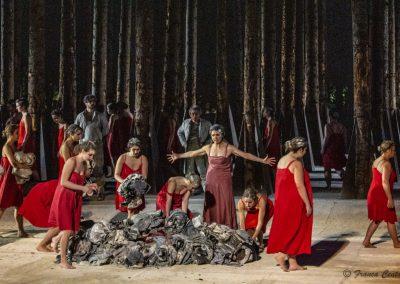 Maddalena Crippa (Ecuba) e Coro di prigioniere troiane - ph. Franca Centaro