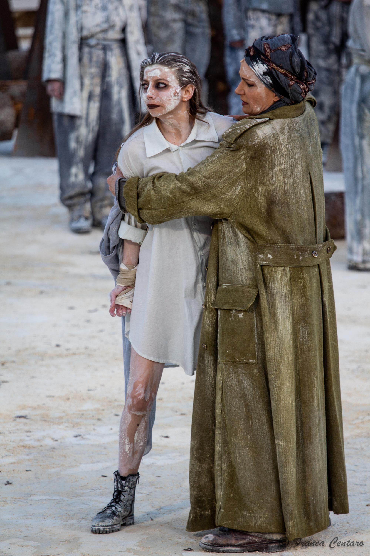 Maddalena Crippa (Ecuba) e Marial Bajma Riva (Cassandra) - ph. Franca Centaro