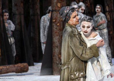 Maddalena Crippa (Ecuba) e Marial Bajma Riva (Cassandra) - ph. Maria Pia Ballarino