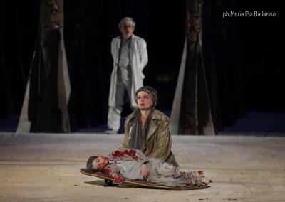 Maddalena Crippa (Ecuba) e Riccardo Scalia (Astianatte) - ph. Maria Pia Ballarino