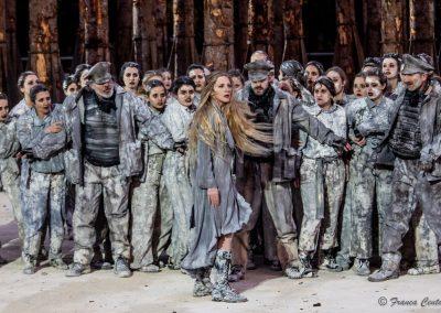Viola Graziosi (Elena), Guardie di Menelao e Coro - ph. Franca Centaro