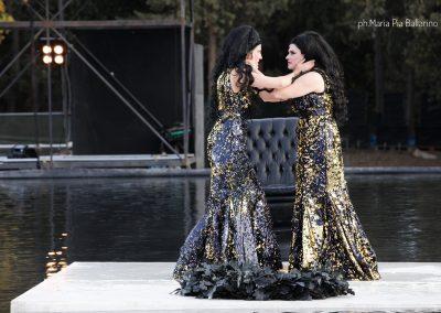Viola Marietti (Teucro) e Laura Marinoni (Elena) - ph. Maria Pia Ballarino