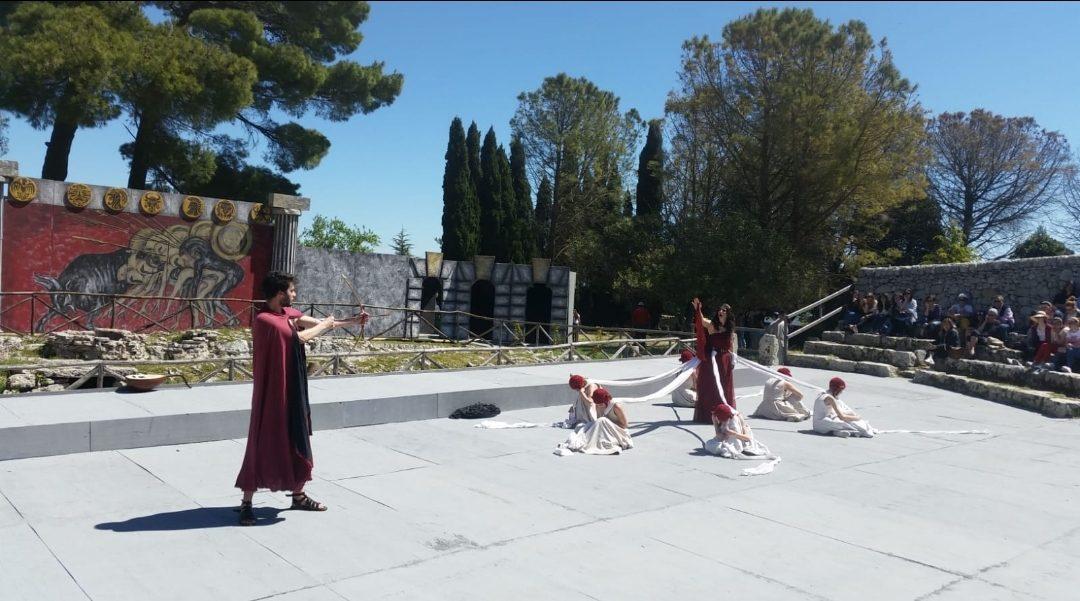 (Italiano) Inaugurato il Festival internazionale dei Giovani a Palazzolo Acreide.  Fino al 2 giugno al Teatro di Akrai 2.500 studenti
